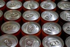 Bebidas enlatadas em seguido foto de stock royalty free