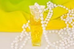 Bebidas espirituosas y gotas de perlas Imagen de archivo libre de regalías