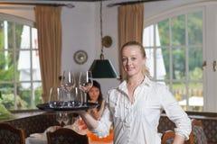 Bebidas hermosas elegantes de la porción de la mujer Imagen de archivo libre de regalías