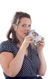 Bebidas jovenes de la empresaria de la taza Foto de archivo libre de regalías