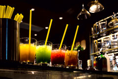 Bebidas multicoloras en los vidrios transparentes de cristal Fotografía de archivo