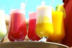 Bebidas na praia - aprecie Fotos de Stock Royalty Free