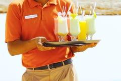 Bebidas na praia - aprecie Fotografia de Stock Royalty Free
