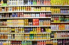 Bebidas na prateleira do supermercado em Hong Kong Foto de Stock Royalty Free