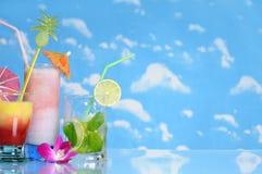 Bebidas no fundo do céu Fotos de Stock Royalty Free