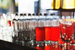 Bebidas para las huéspedes del evento en la barra Imagenes de archivo