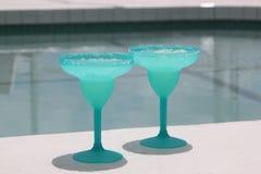 Bebidas por la piscina Imágenes de archivo libres de regalías