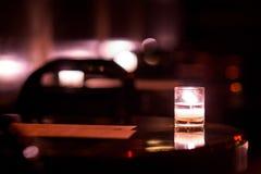Bebidas por luz de una vela imagenes de archivo