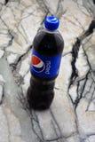 Bebidas próximas de Pepsi em uma garrafa na prateleira do supermercado Pepsi é um refresco carbonatado que seja produzido e produ fotos de stock royalty free