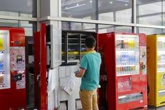 Bebidas puestas trabajador en la máquina expendedora Imagen de archivo
