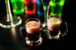 Bebidas saborosos e coloridas baseadas em vários álcoois, xaropes e Fotos de Stock