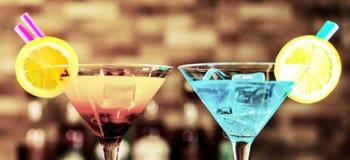 Bebidas saborosos e coloridas baseadas em vários álcoois, xaropes e Imagens de Stock Royalty Free