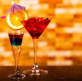 Bebidas saborosos e coloridas baseadas em vários álcoois, xaropes e Fotos de Stock Royalty Free