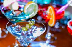 Bebidas saborosos e coloridas baseadas em vários álcoois, xaropes e Foto de Stock
