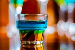 Bebidas saborosos e coloridas baseadas em vários álcoois, xaropes e Imagens de Stock