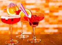 Bebidas saborosos e coloridas baseadas em vários álcoois, xaropes e Fotografia de Stock