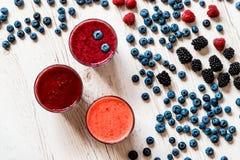 Bebidas sanas smoothie con la zarzamora, la frambuesa y el arándano Fotos de archivo