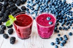 Bebidas sanas smoothies con la zarzamora y el arándano con los ingredientes Imagen de archivo libre de regalías