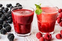 Bebidas sanas smoothies con la zarzamora y la frambuesa con los ingredientes Imagenes de archivo