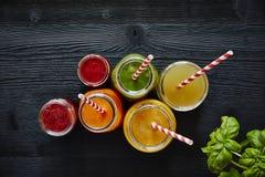 Bebidas saudáveis orgânicas frescas coloridas da barra de suco fotografia de stock
