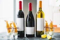 Bebidas sortidos do vinho em umas garrafas Bebidas alcoólicas na barra Fotografia de Stock