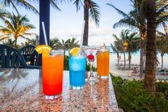 Bebidas tropicais na praia das caraíbas imagem de stock