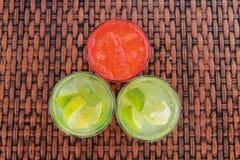 Bebidas tropicales en la playa foto de archivo libre de regalías