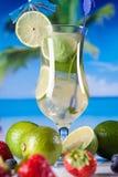 Bebidas tropicales en la playa imagenes de archivo