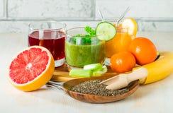 Bebidas verdes, amarelas e vermelhas Foto de Stock