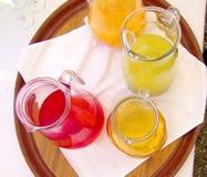 Bebidas y cócteles coloridos en la tabla del partido foto de archivo libre de regalías