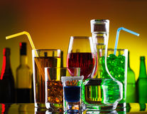 Bebidas y cocteles del alcohol Imagen de archivo libre de regalías