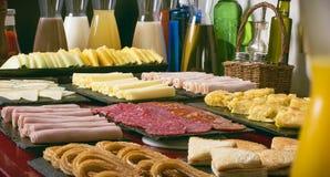 Bebidas y comida por la mañana en un hotel Fotografía de archivo libre de regalías