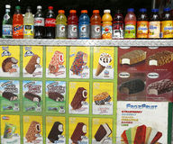 Bebidas y helado suaves en el carro de los vendedores en Central Park Foto de archivo