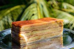 Bebinka-bebinca goan Nachtisch, Pudding auf einer Metallplatte stockfoto