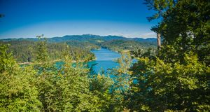 Bebost bergachtig gebied met rivier stock foto's