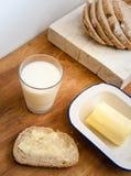 Beboterd brood met glas melk royalty-vrije stock foto's