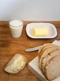 Beboterd brood met melk stock afbeeldingen