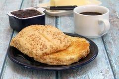 Beboterd en Geroosterd Hard Broodje met koffie royalty-vrije stock fotografie