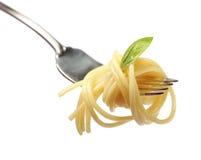 Beboterde deegwaren met basilicum op een vork Royalty-vrije Stock Foto