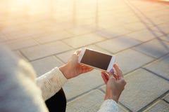 Bebouwd beeld die van de handen van een vrouw mobiele telefoon met het lege exemplaar ruimtescherm houden voor uw tekstbericht Royalty-vrije Stock Foto's