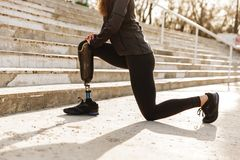 Bebouwd beeld die van gehandicapte sportieve vrouw in bovenkledij, sport doen royalty-vrije stock afbeelding