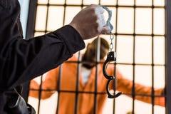 bebouwd beeld die van gevangenbewaarder handcuffs tonen aan Afrikaan royalty-vrije stock foto's