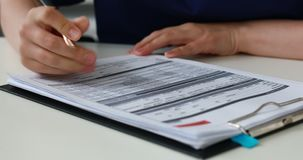 Bebouwd beeld van arts het vullen documenten, close-up stock video