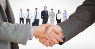 Bebouwd beeld van bedrijfsmensen die handdruk met werknemers op achtergrond doen Royalty-vrije Stock Foto's