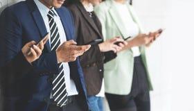 Bebouwd beeld van Bedrijfsmensen die smartphones gebruiken stock fotografie