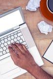 Bebouwd beeld van beklemtoonde zakenman die laptop met behulp van Stock Foto