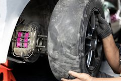 Bebouwd beeld van beroep de band van de mechanische het herstellen auto in automobiele winkel stock afbeelding