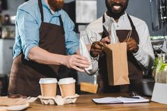 bebouwd beeld van eigenaars die van koffiewinkel orde zetten stock fotografie