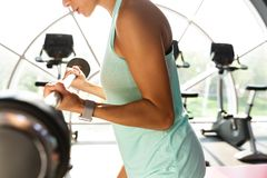 Bebouwd beeld van gemotiveerde sportenvrouw die oefening met barbell doen royalty-vrije stock foto's