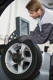 Bebouwd beeld van het wiel van de automobiele mechanische het herstellen auto in workshop Royalty-vrije Stock Foto's